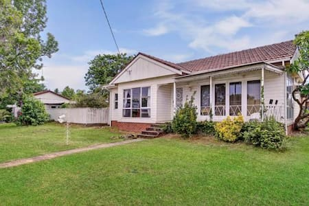 Pet Friendly 3bd home inbetween Syd CBD & Katoomba - Oxley Park - House
