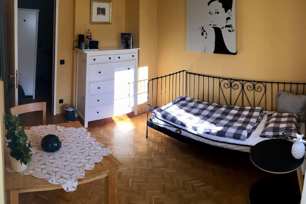Dein Zimmer ist sehr sonnig und hell.