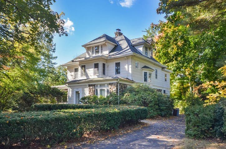 7 BR, 5 BA: 15 Miles to Midtown NYC - New Rochelle - Casa