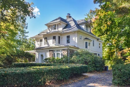 7 BR, 5 BA: 15 Miles to Midtown NYC - New Rochelle - Hus