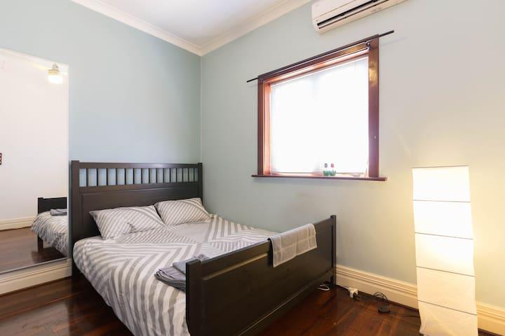 Queen Room, Great Location w/ Storage - Bentley - Casa