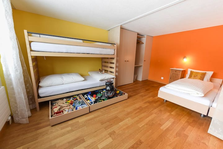 Kinderzimmer mit 4 Betten