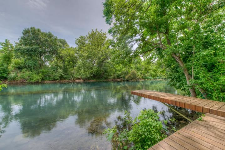 *Riverfront Entry in SMTX*Huge shaded yard*Sleep12