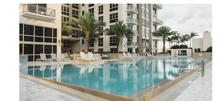 Large Resort Style Condo/ Free Parking