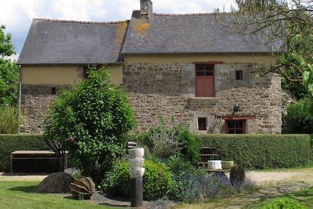 maison de charme dans un jardin - Saint-Pern - Casa