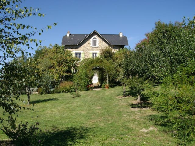 Spacious house with beautiful view - Saint-Cirgues - House