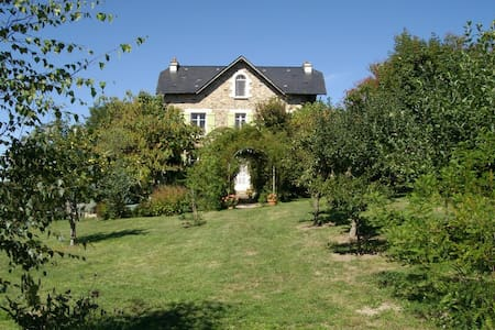 Spacious house with beautiful view - Saint-Cirgues