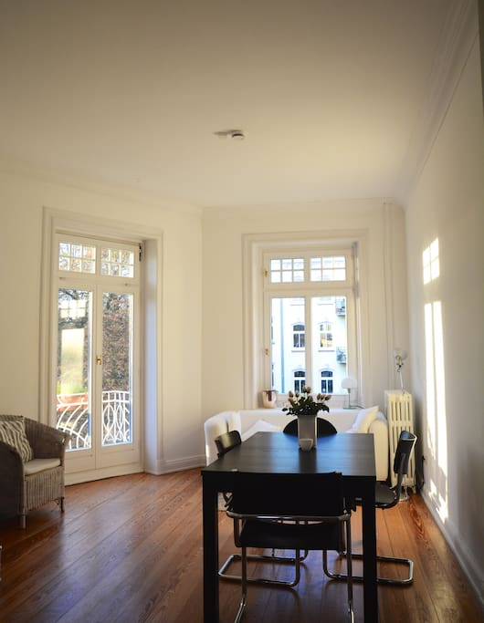 Wohnzimmer mit Balkon/Living Room with Balcony