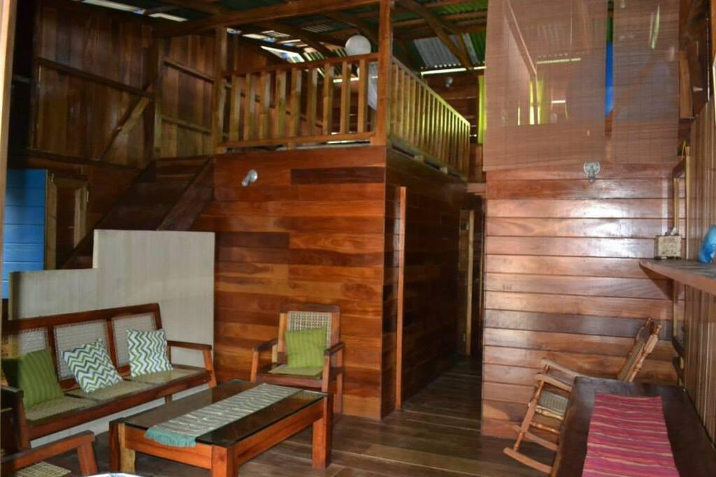 Sala y vista de la habitación superior
