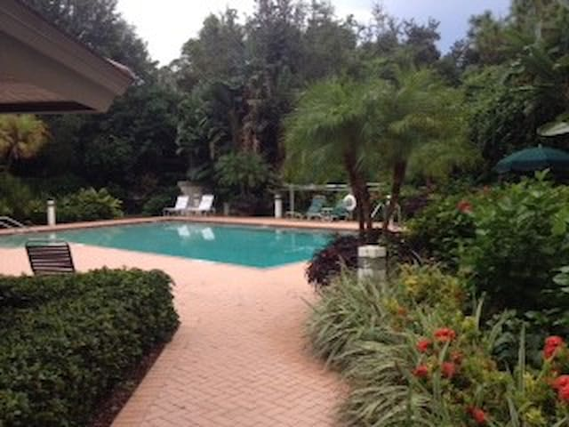 Great location with Private Beach. - Bonita Springs - Lägenhet
