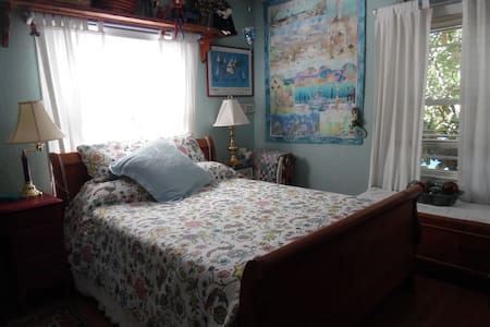 Lovely bedroom, shared bath - Roseville - Casa