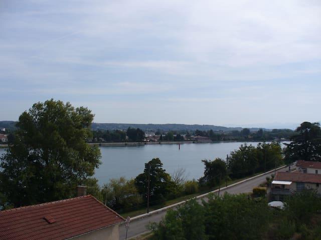 Le Rhône vu de la chambre