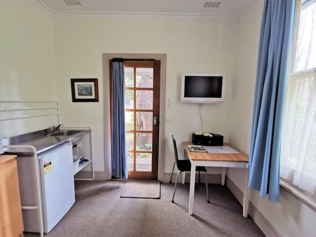Unit 3 Studio offers guests a lounge plus sink, kettle, toaster, microwave, fridge, plates, cutlery, tea and coffee making facilities.