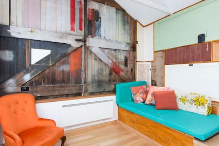Funky Central Loft Studio - West Hobart - 樓中樓
