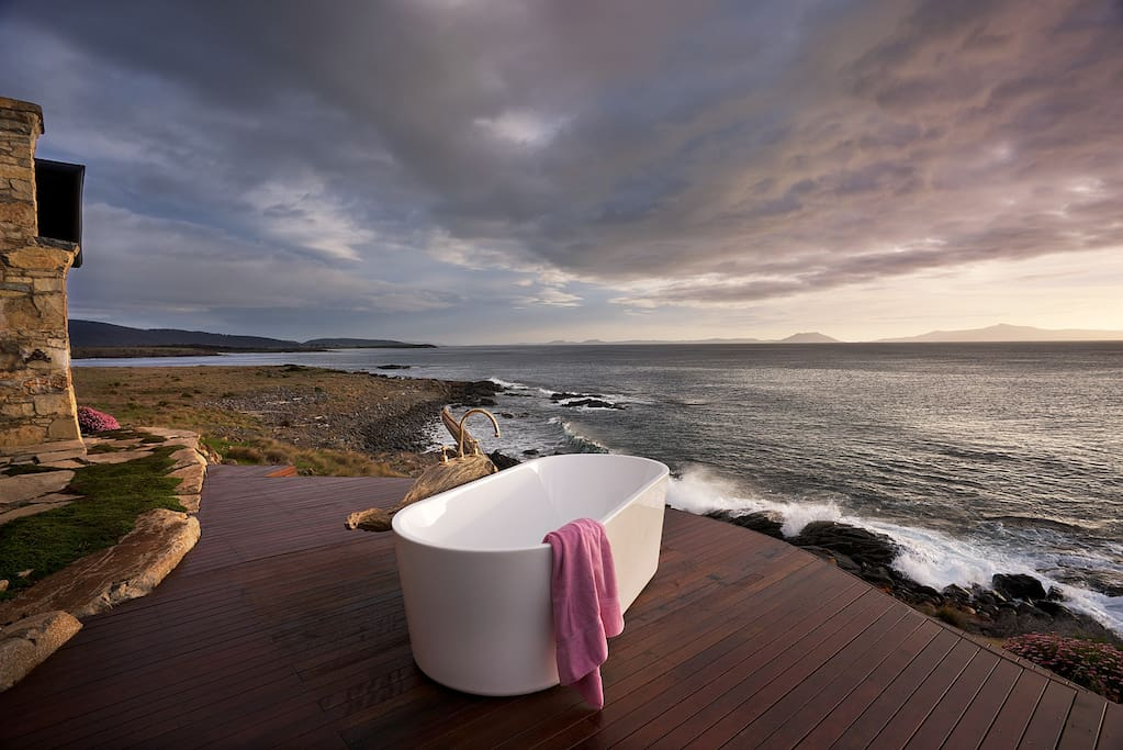 Relax in a bath outside to the sound of the waves. There's a sauna, too.
