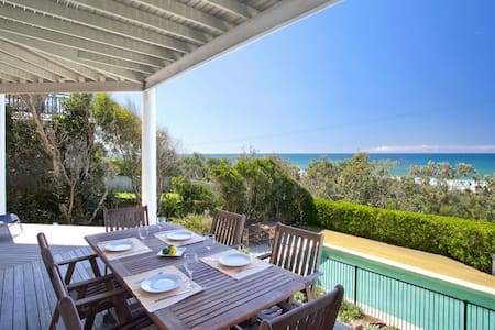 Noosa Beach Front Home - Castaways Beach - Hus
