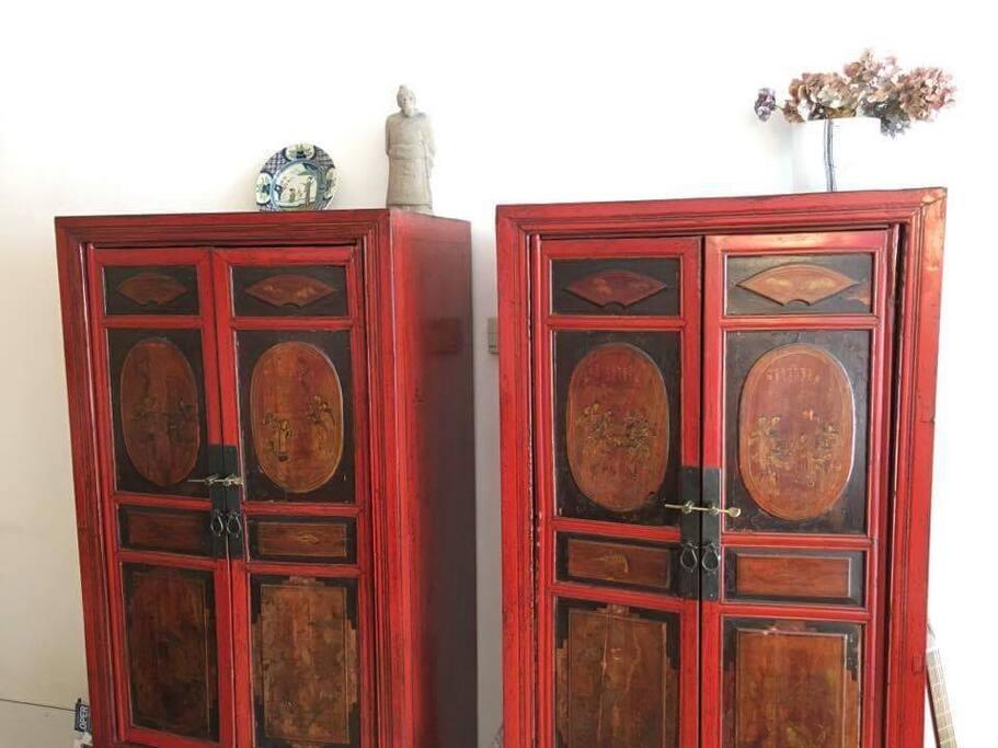Living room: Antique chinese bridal cabinets/ antieke chinese bruidskasten
