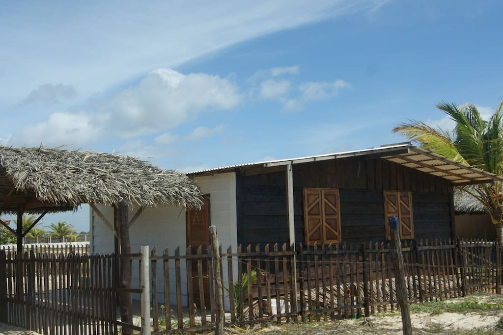 Vista frontal da casa e area com churrasqueira