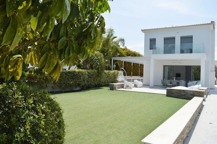 Bliss Villa, 4 Bedroom Villa Next to the Beach