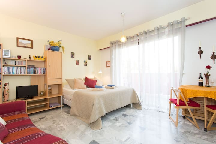 Lovely Spacious Studio 3 minute walk to the Beach! - Cagnes-sur-Mer - Apartment
