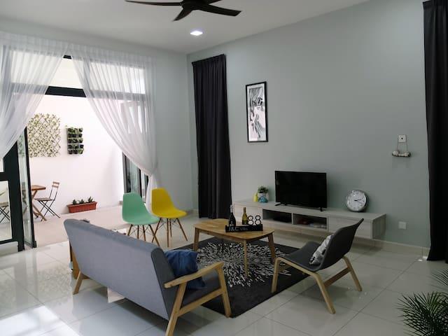 Elegant 4 Bedrooms @ Cyberjaya (4202 sqf House)