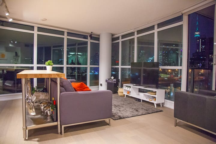 Luxury 2 Bdrm, CNTower/Lake View +parking+pool+gym