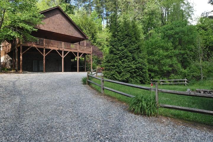 Buckeye Cabin, large deck, pool table, quiet woods