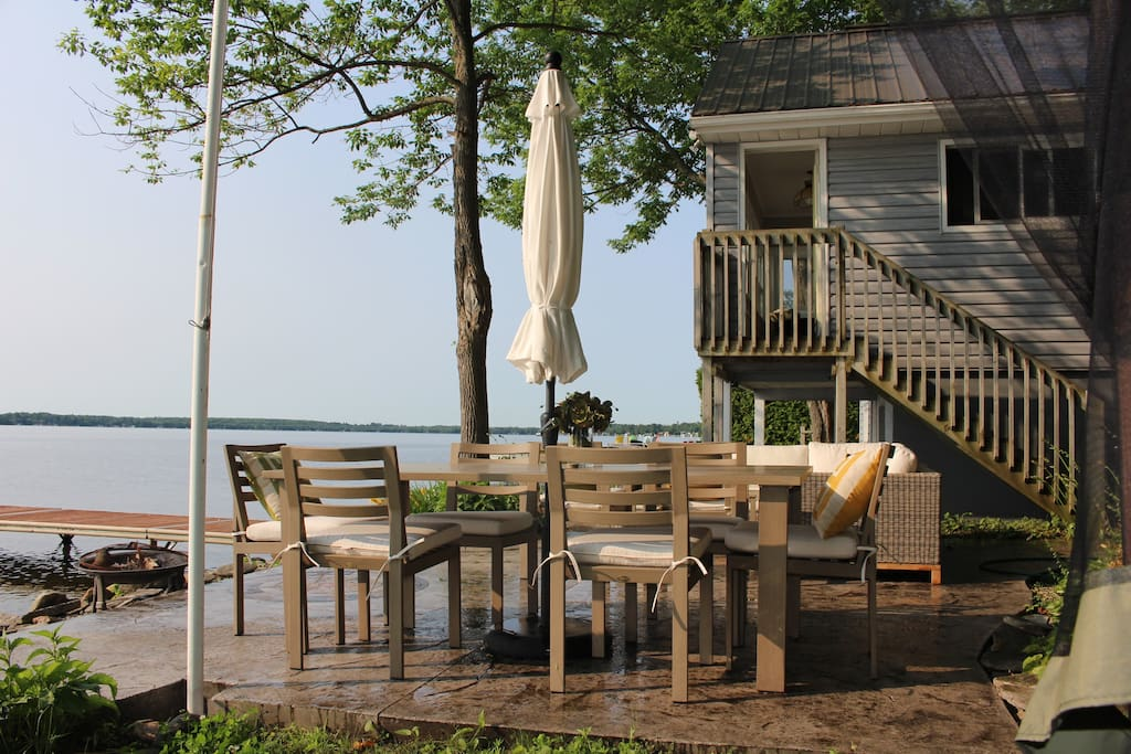 breakfast, lunch dinner drinks in this wonderful setting, watch the boats go by while you enjoy a delicious meal and lake breezes