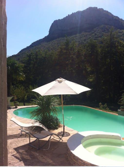 Vue sur la montagne des Camisards depuis la terrasse de la piscine