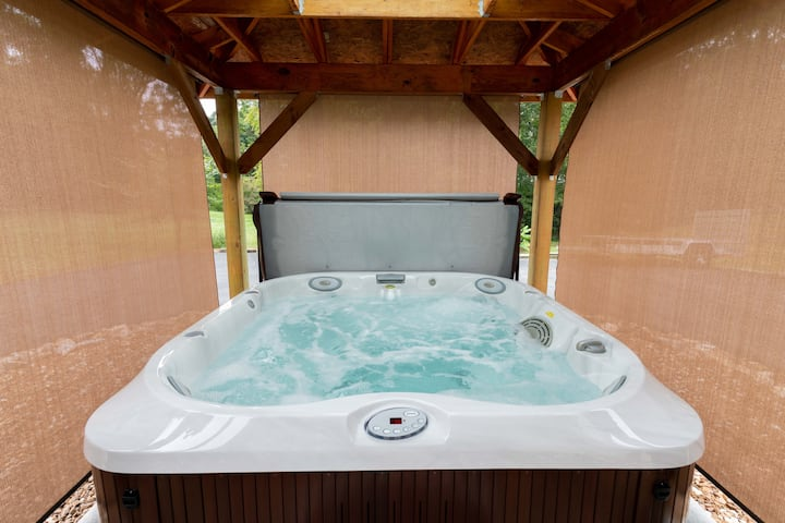 Johnson City Retreat with a Hot Tub!