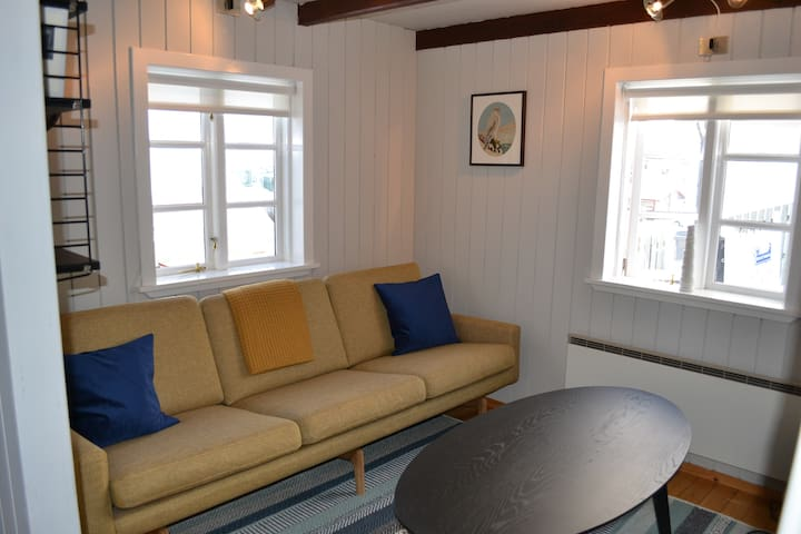 Private and Romantic tiny House downtown w/view.