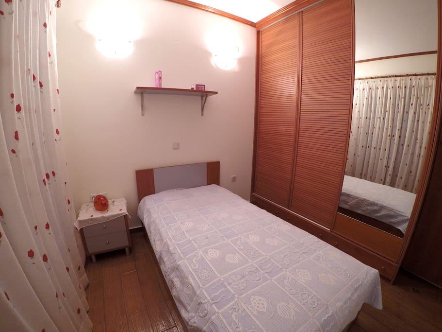 Υπνοδωμάτιο 1 άτομο με ντουλάπα