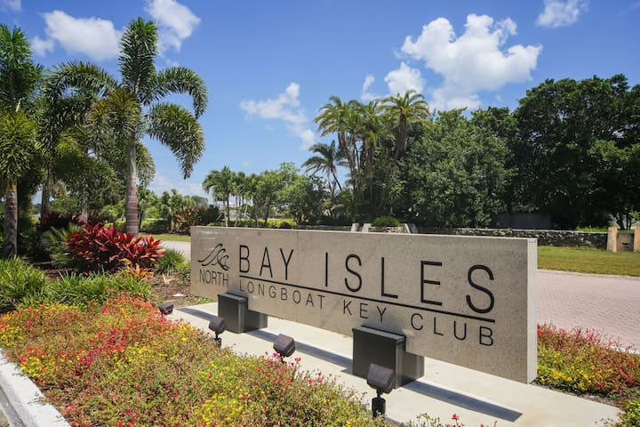 Spacious villa with private pool right on the golf course in Bay Isles of LBK!