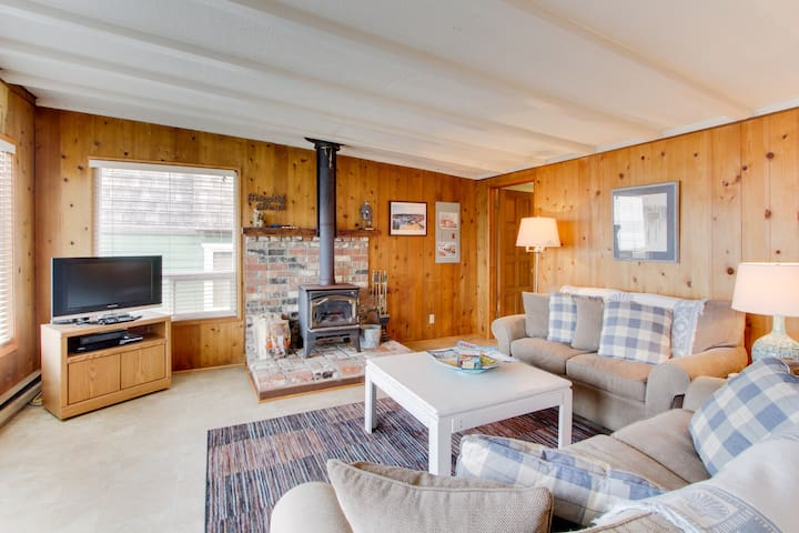 Spectacular ocean views from this dog-friendly cottage await!