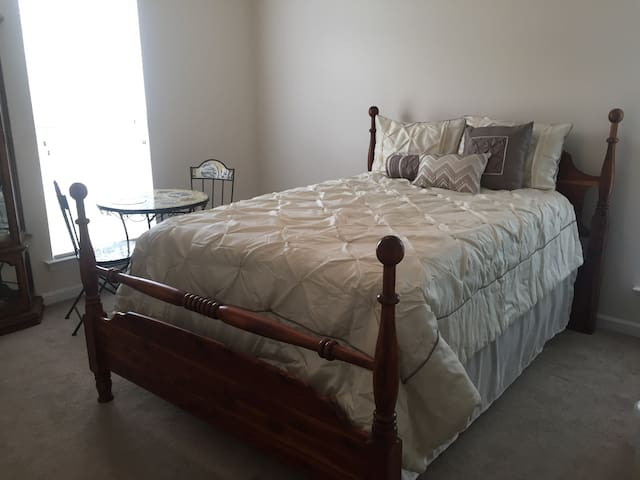 Private bedroom near Clemson and Lake Hartwell