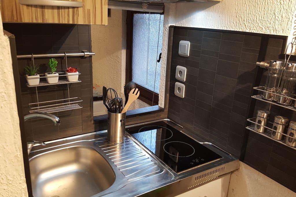 Petite cuisine équipé avec plaque induction et hotte aspirante