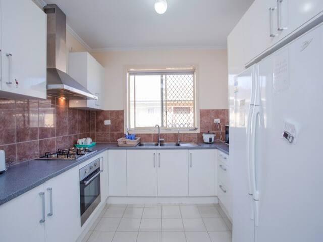 公用厨房,冰箱,架子是提供给房客share的