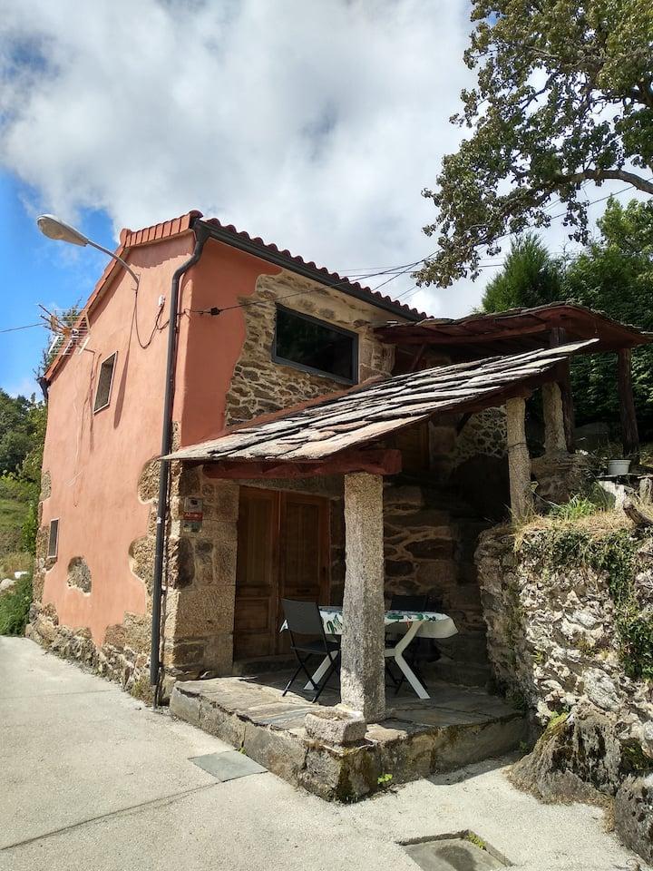 Casa en la montaña de la Galicia profunda O VAL