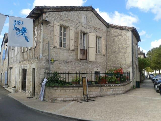 Maison typique  dans village medieval