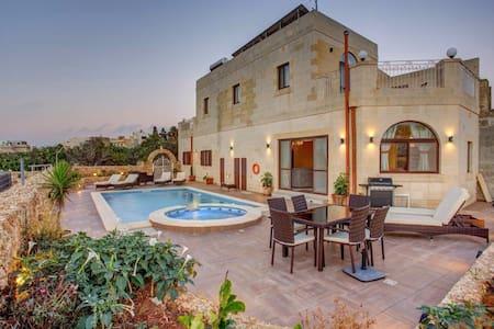 B&B Victoria. Family Room with Balcony - Ir-Rabat Għawdex