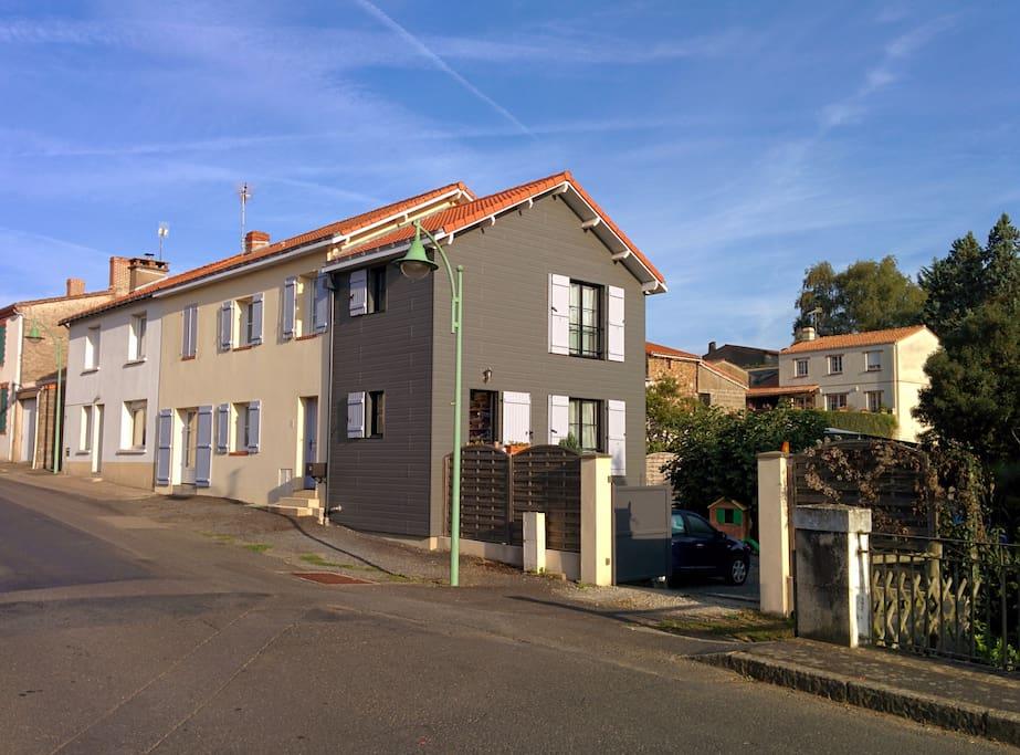 Façade sud donnant sur la rue avec portail électrique