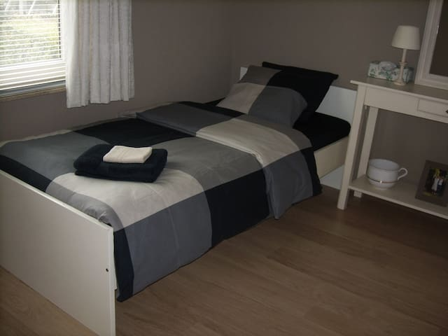 lovely room with single bed - Machelen - Ház