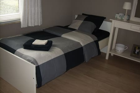 lovely room with single bed - Machelen - Дом