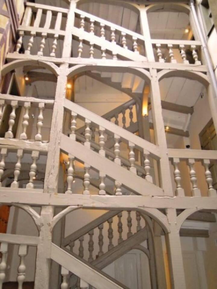 Escalier d'accès en bois massif