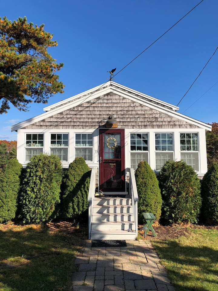 This cute Maine beach cottage is steps away from Goose Rocks Beach. It has 2 floors to offer 2 bedrooms, 1 loft and 1 bathroom.
