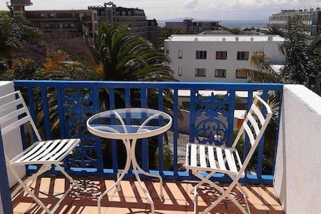 Cozy, centrally located w views- R5 - Cape Town