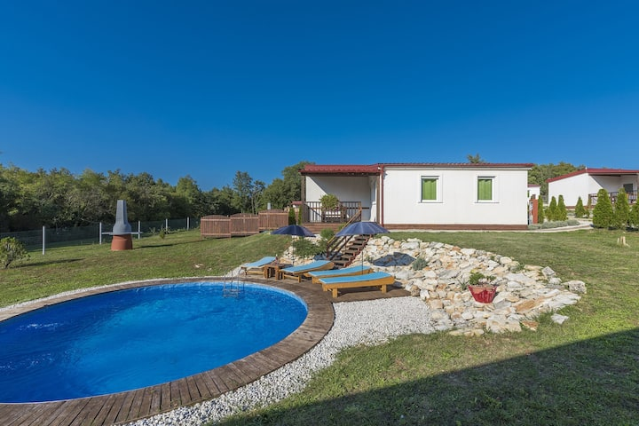 Holiday house with private pool for 4-6 persons in the holiday park Jelovci