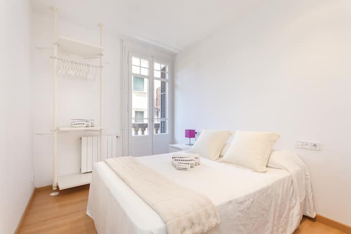 Sunny double-room in Sants