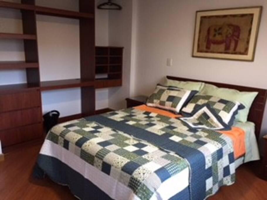 Alcoba principal con cama doble y baño