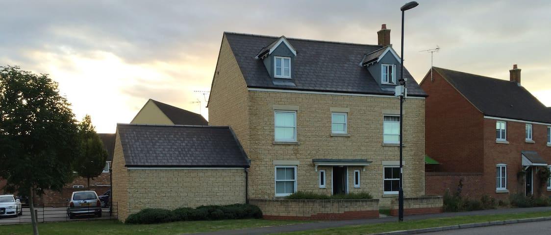 Dbl Room Family Home North Swindon - Swindon - Bed & Breakfast